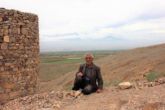 Lusarat, أرمينيا: Jemand, der viel erlebt hat, nun auf histor. Boden vor Ararat Steine ordnet