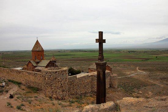 Lusarat, Armênia: Die Kirche, das Kreuz, der kleine Ararat