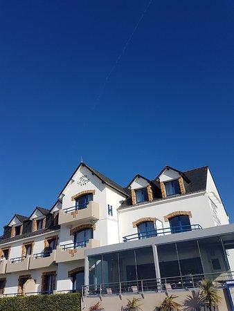 Hôtel de la Plage : Sous un ciel bleu