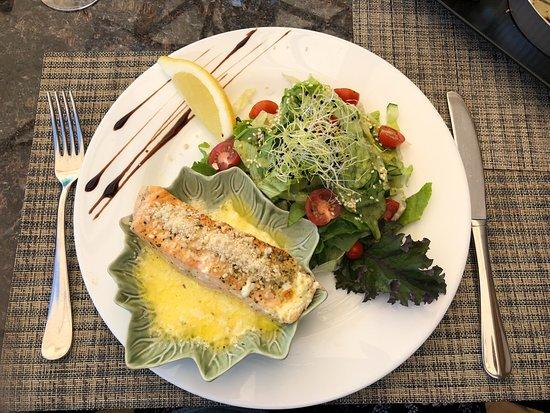 Raseiniai, ليتوانيا: Salmon with salad