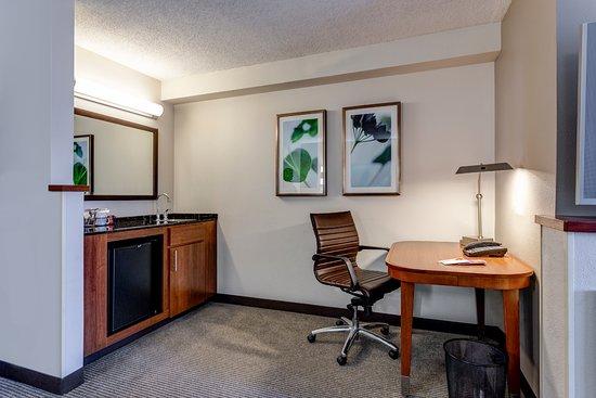 جياة بليس تيمبي فينيكس إيربورت: Fridge, sink and working area with desk in every room