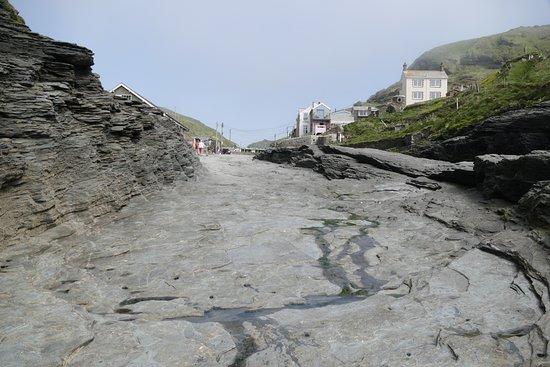 Trebarwith, UK: Rückblick in den Ort = hier steht bei Flut das Wasser