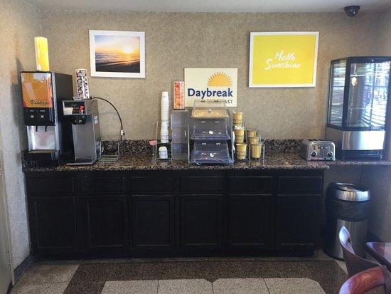 Lawndale, CA: Breakfast Area