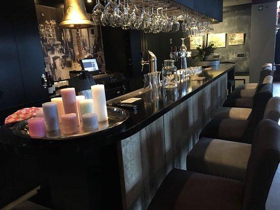Warder, The Netherlands: Kom eens een borreltje drinken aan onze prachtige bar!