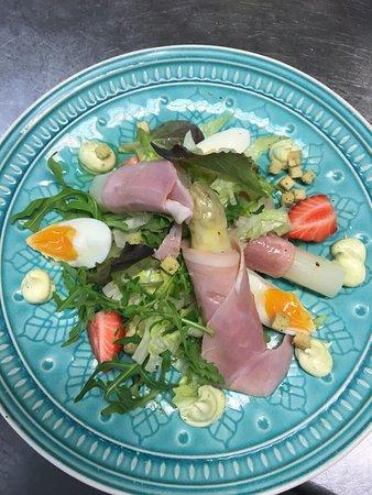 Warder, Belanda: Ze zijn er weer! De asperges, een heerlijke salade met een glaasje wijn!