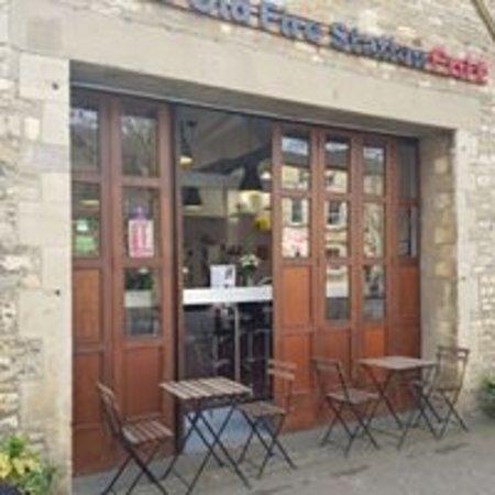 Brackley, UK: Front doors open