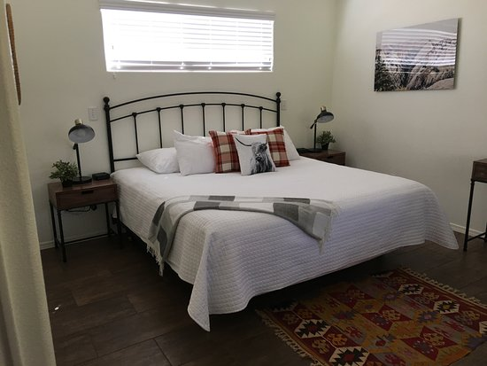 Red Rock Inn Bed and Breakfast Cottages: Large King Bed with high ceiling room and fan