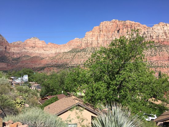 Red Rock Inn Bed and Breakfast Cottages: View of red rocks from hot tub patio