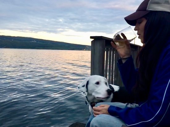 Admiral Peabody's Lakeside Lodging: Enjoying a glass of local wine on the dock at sunset!
