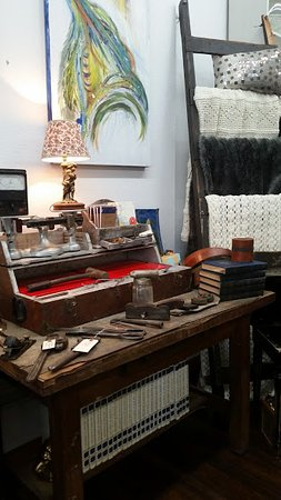 Stayton, Oregón: Local artists, antique library table, hand crocheted blankets, and tools, tools, tools!