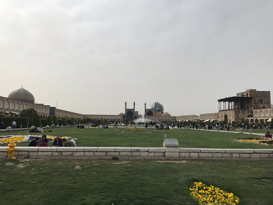 Naqsh-e Jahan Square : Sheik Lotfollah Mosque to the left, Sha Abbas Mosque in the center, Ali Qapou Palace at the righ