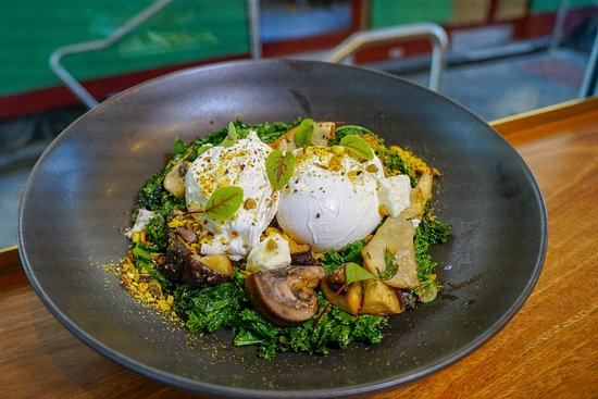 Narrabeen, Australien: Kale and Quinoa Nest with Mixed Mushrooms and Poached Eggs