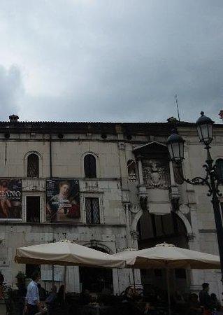 Brescia, Italia: Porta del Salarolo, transito a piano terra e sopra uffici.