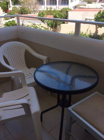 Sacallis Inn Beach Hotel: Sacallis Inn 1-2 star Hotel small balcony