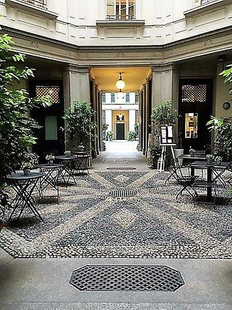 Milano, Casa Rossi: il cortile ottagonale
