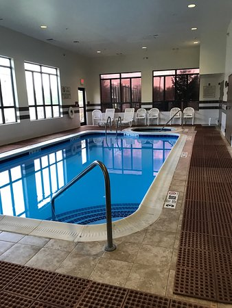 Farmington, NY: indoor pool with hot tub at the back