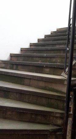Pension U Lilie: La primera escalera de acceso a la habitación.