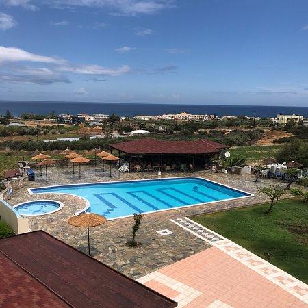 Vue de la piscine photo de hotel oceanis anissaras for Piscine oceanis