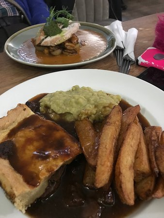 The Red Lion Inn : Steak and Ale Pie and Chips! - YUMMY