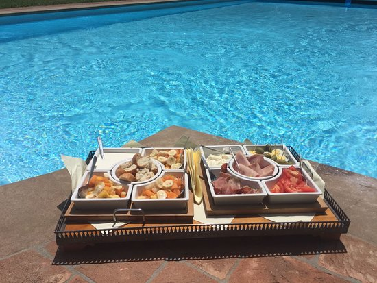 Balbano, Italy: Light lunch by the Pool