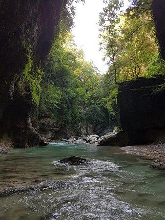 Martvili, จอร์เจีย: Мартвильский каньон -увлекательный километровый каньон с водопадом