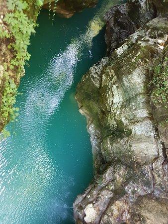 Martvili, จอร์เจีย: каньон довольно узкий, сформировался он среди высоких скал и живописных гор столетними усилиями