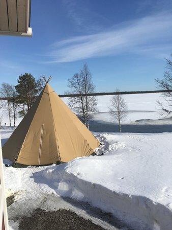 Yllasjarvi, Finland: utsikten över kåtan (används för events och samlingar) och sjön från vårt rum