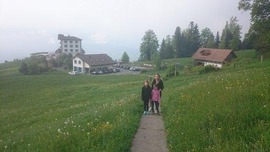 Burgenstock, Sveits: leichte Steigung bis zum Känzeli mit Blick auf Villa Honegg