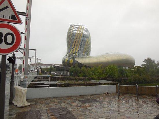 La Cité du Vin: In the driving rain ...