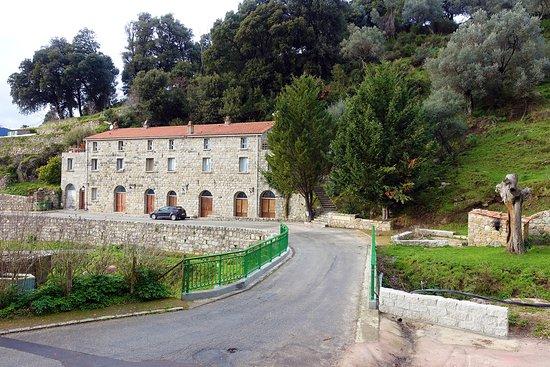 Gite d'Etape U Fragnonu: Façade  Gîte U Fragnonu en arrivant du village