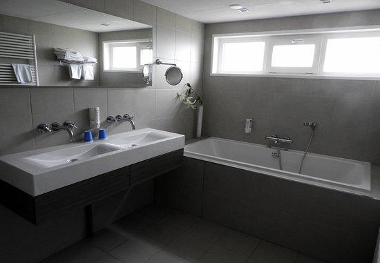 Westkapelle, The Netherlands: ruime badkamer met bubbelbad