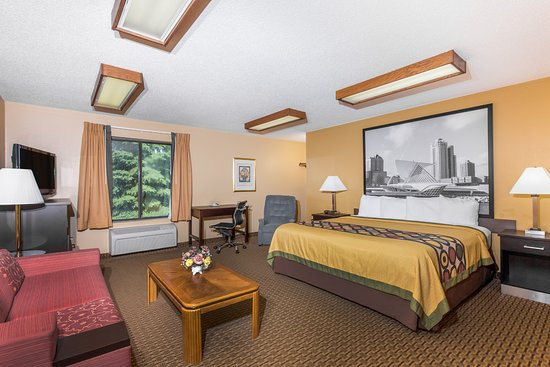 Sun Prairie, WI: One King Bed Suite