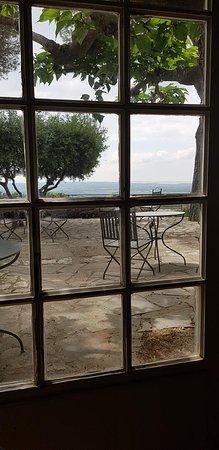 Garrigae Abbaye de Sainte Croix : Vue de l'intérieur du restaurant à notre table