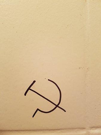 Obehagligt kommunistklotter på toaletten.