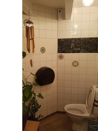 Toaletten, förutom klottret är den fräsch.