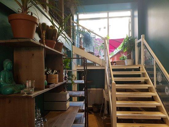 Trappan till övervåningen och uteserveringen. Till vänster tar man vatten, glas och bestick.