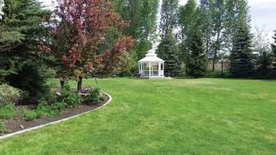 Cascade, ID: Ashley Inn is surrounded by the Kerby Gardens, perfect for family play