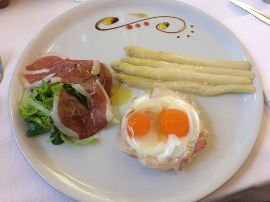 Ногароле-Рокка, Италия: Antipasto uova, asparagi bianchi, pancetta e insalata.