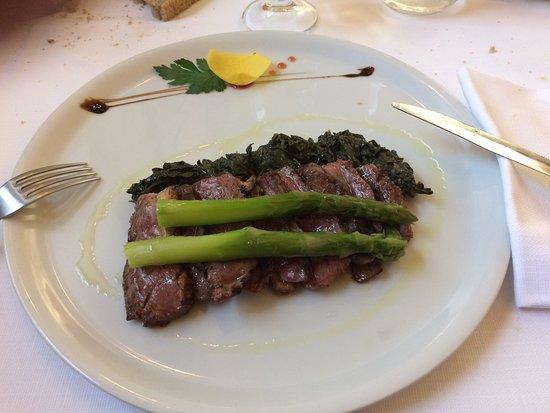 Ногароле-Рокка, Италия: Petto d'anatra con asparagi ed erbe cotte