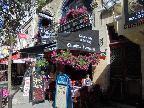 Hotel du Levant: Good restaurant across the street