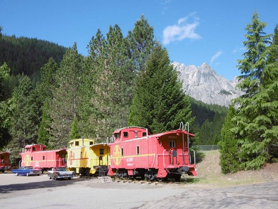 Dunsmuir, Kalifornia: Castle Crags in the distance with railroad cars (hotel rooms)