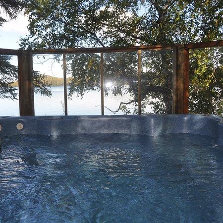 Daniels Lake Lodge Bed & Breakfast: Lakeside hot tub
