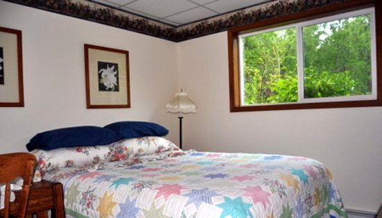 Daniels Lake Lodge Bed & Breakfast: Queen guest room with private bath