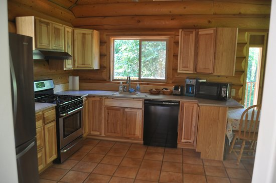 Nikiski, AK: Hilltop Cabin kitchen: refrigerator, freezer with ice maker, stove/oven, dishwasher, cookware/di