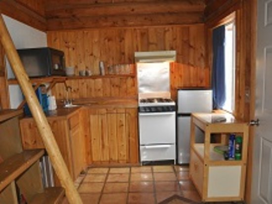 Nikiski, AK: Hideaway Cabin kitchen: small refrigerator/freezer, stove/oven, microwave, cookware/dishes