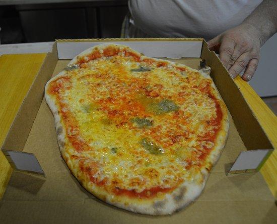 Sapori d'Italia: También repartimos a domicilio. (Pizza 4 quesos).