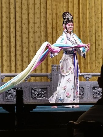 Liyuan Theatre: Goddess of heaven scattering flowere