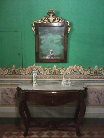 Museo de Arte de Sabadell: Mesita y Espejo