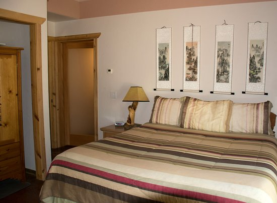 La Pine, OR: 4Seasons Master CA King BR has private BA with oversized tile shower with bench