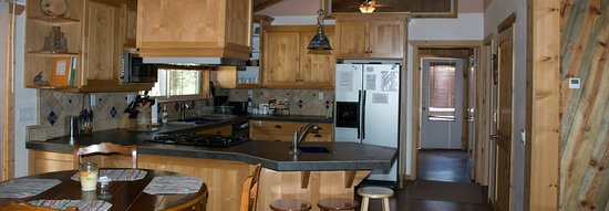 La Pine, OR: 4Seasons kitchen and dining areas